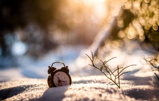 sneg-zima-chasy-budilnik-boke